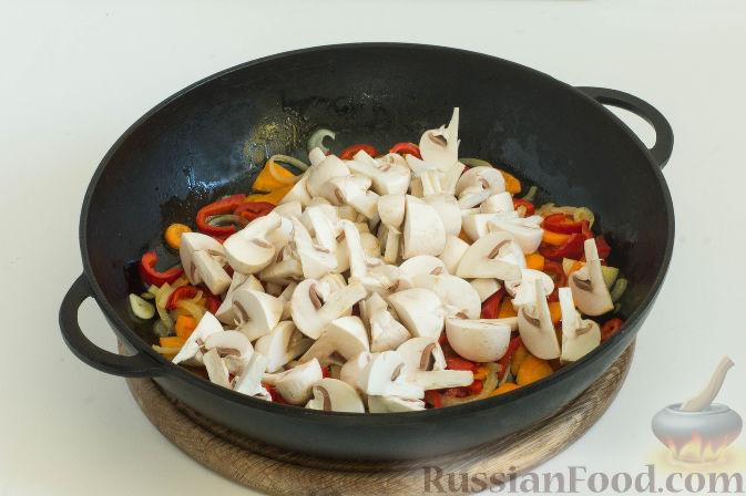 Фото приготовления рецепта: Овощное рагу с грибами, в сметанно-сырном соусе - шаг №5