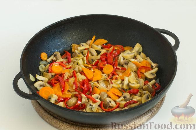 Фото приготовления рецепта: Овощное рагу с грибами, в сметанно-сырном соусе - шаг №6