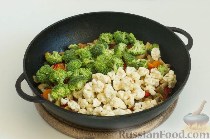 Фото приготовления рецепта: Овощное рагу с грибами, в сметанно-сырном соусе - шаг №7