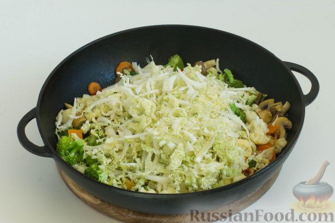 Фото приготовления рецепта: Овощное рагу с грибами, в сметанно-сырном соусе - шаг №11