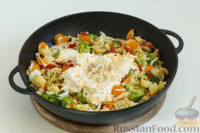 Фото приготовления рецепта: Овощное рагу с грибами, в сметанно-сырном соусе - шаг №12