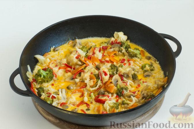 Фото приготовления рецепта: Овощное рагу с грибами, в сметанно-сырном соусе - шаг №13
