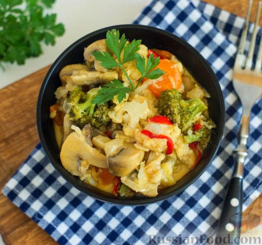 Фото к рецепту: Овощное рагу с грибами, в сметанно-сырном соусе