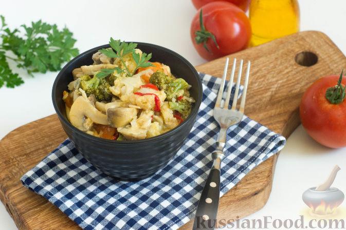 Фото приготовления рецепта: Овощное рагу с грибами, в сметанно-сырном соусе - шаг №14