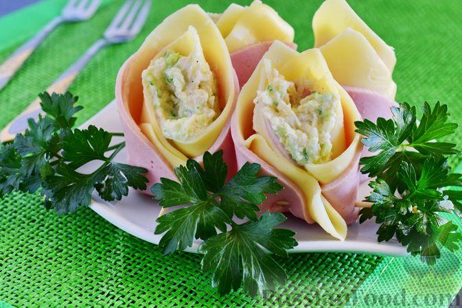 Фото к рецепту: Закуска из ветчины и сыра с соусом из хрена