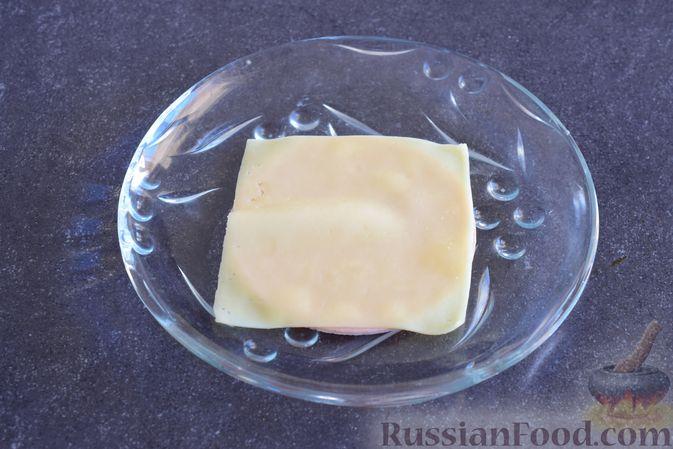 Фото приготовления рецепта: Закуска из ветчины и сыра с соусом из хрена - шаг №6
