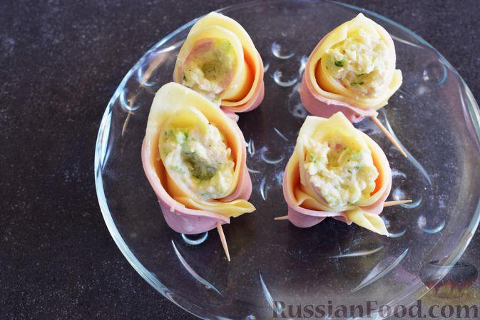 Фото приготовления рецепта: Закуска из ветчины и сыра с соусом из хрена - шаг №9