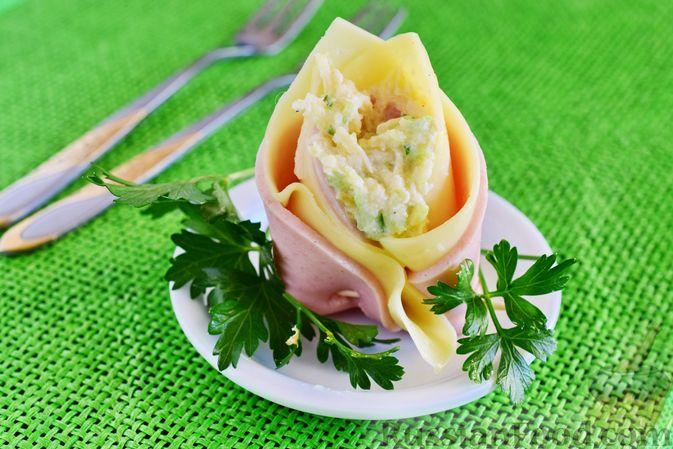 Фото приготовления рецепта: Закуска из ветчины и сыра с соусом из хрена - шаг №10