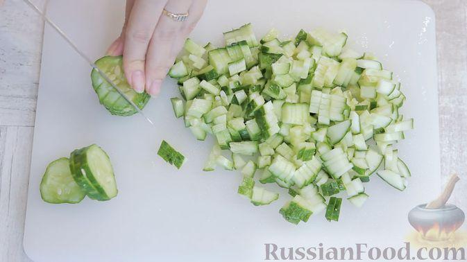 Фото приготовления рецепта: Белковый салат с кальмарами - шаг №2