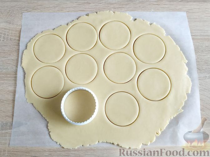 Фото приготовления рецепта: Песочный пирог с баклажанами, грибами и сыром - шаг №5