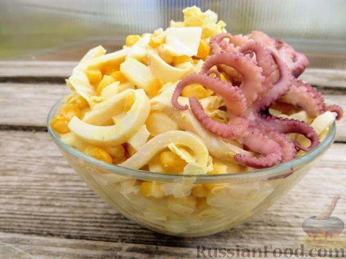 Фото к рецепту: Сочный салат с кальмарами, кукурузой и пекинской капустой