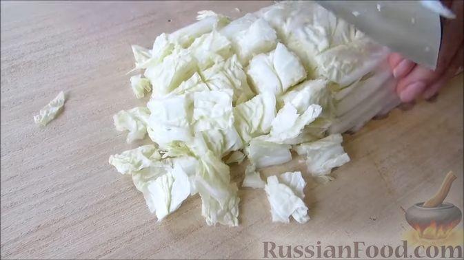Фото приготовления рецепта: Сочный салат с кальмарами, кукурузой и пекинской капустой - шаг №3