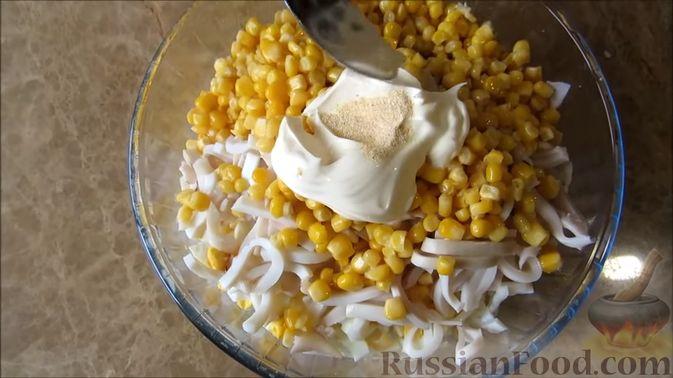 Фото приготовления рецепта: Сочный салат с кальмарами, кукурузой и пекинской капустой - шаг №6