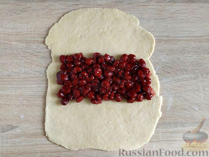 Фото приготовления рецепта: Пирог с вишнёвым вареньем - шаг №7