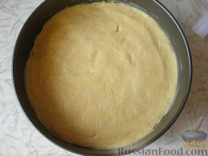 Фото приготовления рецепта: Пирог с творогом и калиной - шаг №4
