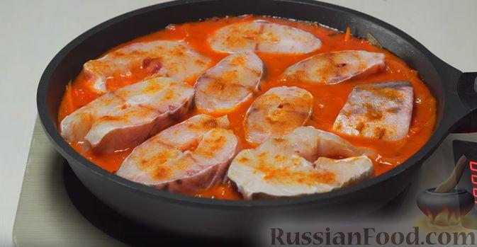 Фото приготовления рецепта: Говяжья печень, тушенная в яблочно-сметанном соусе - шаг №8