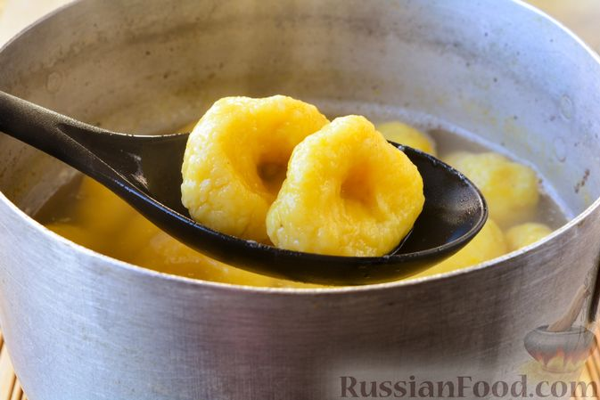 Фото приготовления рецепта: Ленивые вареники с картошкой и тыквой - шаг №10