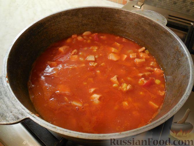 Фото приготовления рецепта: Томатный суп со свиными рёбрышками и рисом - шаг №3