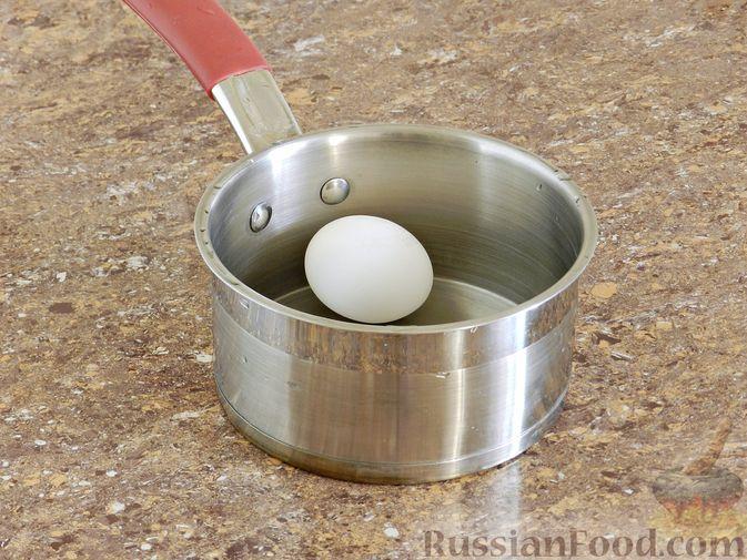 Фото приготовления рецепта: Киш с капустой и черносливом, в яично-сметанной заливке с сыром - шаг №17