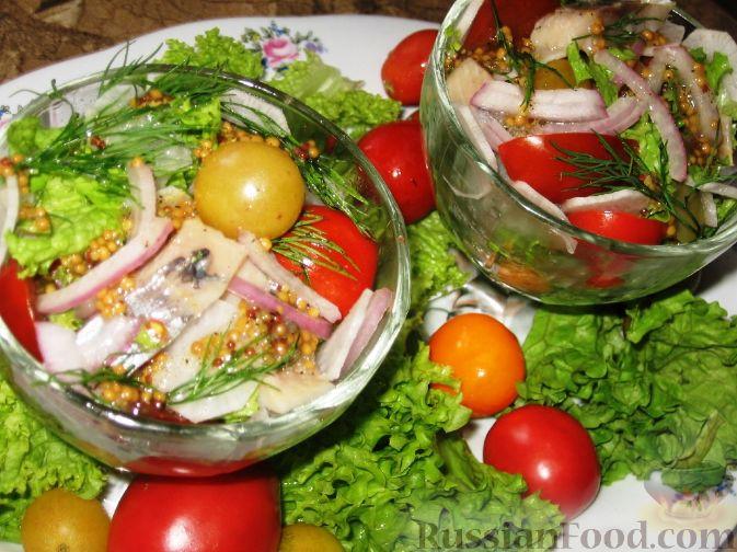 Фото приготовления рецепта: Салат с сельдью и помидорами - шаг №4