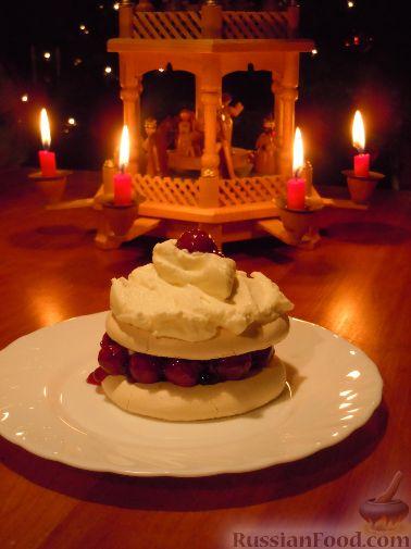 Рецепт Tортики из безе и вишневого желе со взбитыми сливками (новогодние)