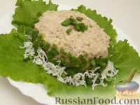Фото к рецепту: Салат из рыбных консервов с яйцами и рисом