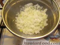 Фото приготовления рецепта: Салат из рыбных консервов с яйцами и рисом - шаг №4
