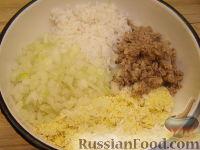 Фото приготовления рецепта: Салат из рыбных консервов с яйцами и рисом - шаг №6