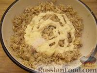 Фото приготовления рецепта: Салат из рыбных консервов с яйцами и рисом - шаг №7