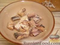 Фото приготовления рецепта: Салат из рыбных консервов с яйцами и рисом - шаг №5