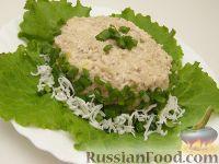 Фото приготовления рецепта: Салат из рыбных консервов с яйцами и рисом - шаг №8