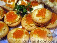 Фото к рецепту: Закуска на крекерах с красной икрой или семгой