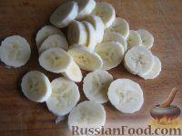 Фото приготовления рецепта: Бананово-малиновый смузи - шаг №2