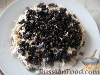 Фото приготовления рецепта: Салат слоеный с черносливом «Увертюра» - шаг №8