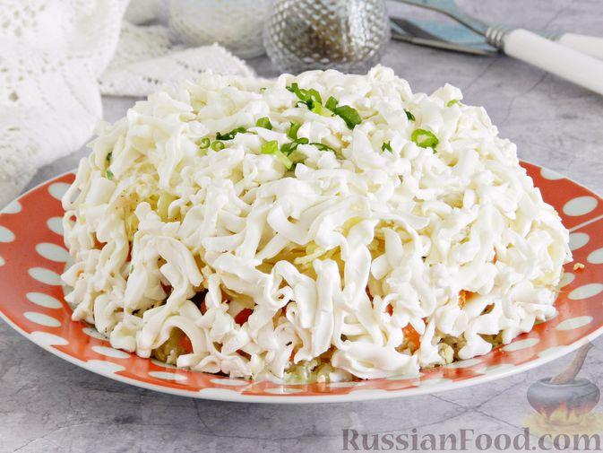 Фото к рецепту: Слоеный овощной салат с плавленым сыром и яйцом