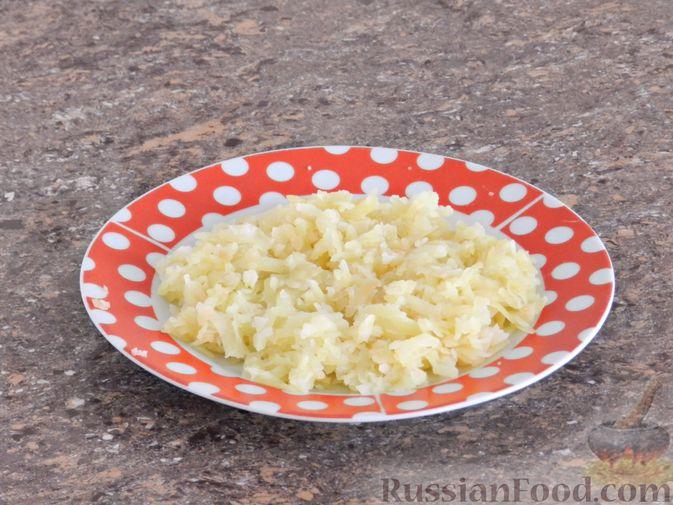 Фото приготовления рецепта: Слоеный овощной салат с плавленым сыром и яйцом - шаг №3