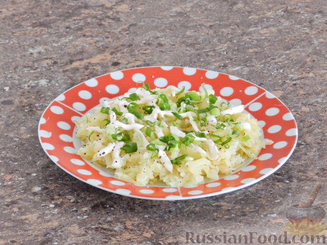 Фото приготовления рецепта: Слоеный овощной салат с плавленым сыром и яйцом - шаг №4