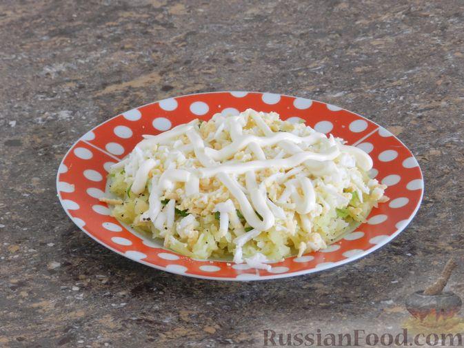 Фото приготовления рецепта: Слоеный овощной салат с плавленым сыром и яйцом - шаг №5