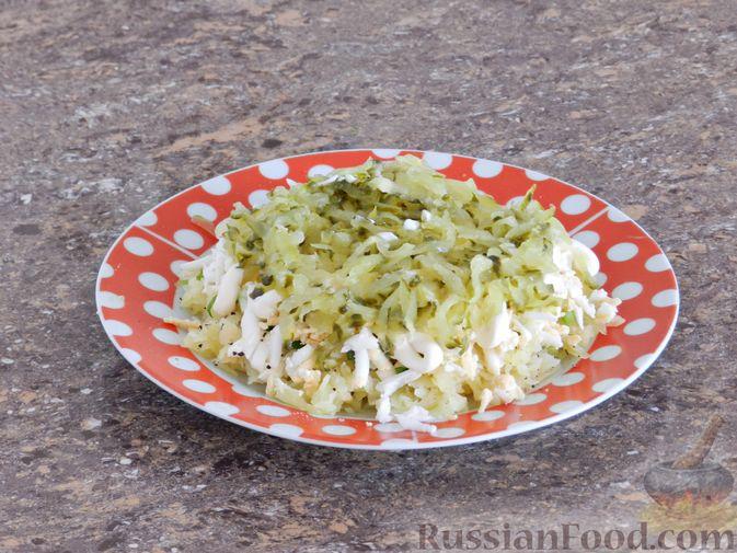 Фото приготовления рецепта: Слоеный овощной салат с плавленым сыром и яйцом - шаг №6