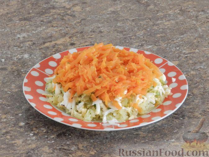 Фото приготовления рецепта: Слоеный овощной салат с плавленым сыром и яйцом - шаг №7
