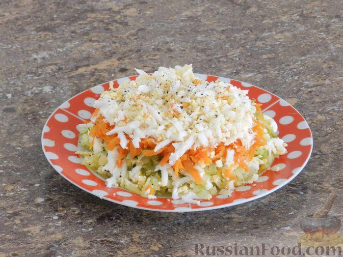 Фото приготовления рецепта: Слоеный овощной салат с плавленым сыром и яйцом - шаг №8