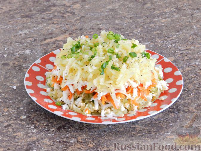 Фото приготовления рецепта: Слоеный овощной салат с плавленым сыром и яйцом - шаг №9