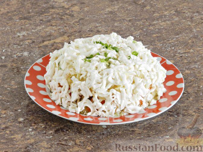 Фото приготовления рецепта: Слоеный овощной салат с плавленым сыром и яйцом - шаг №10