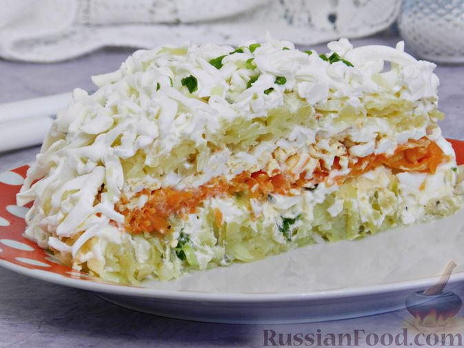 Фото приготовления рецепта: Слоеный овощной салат с плавленым сыром и яйцом - шаг №11
