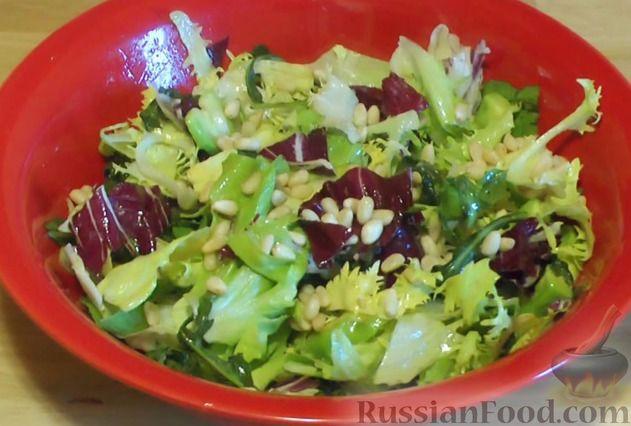 Фото приготовления рецепта: Салат с авокадо и кедровыми орешками - шаг №6