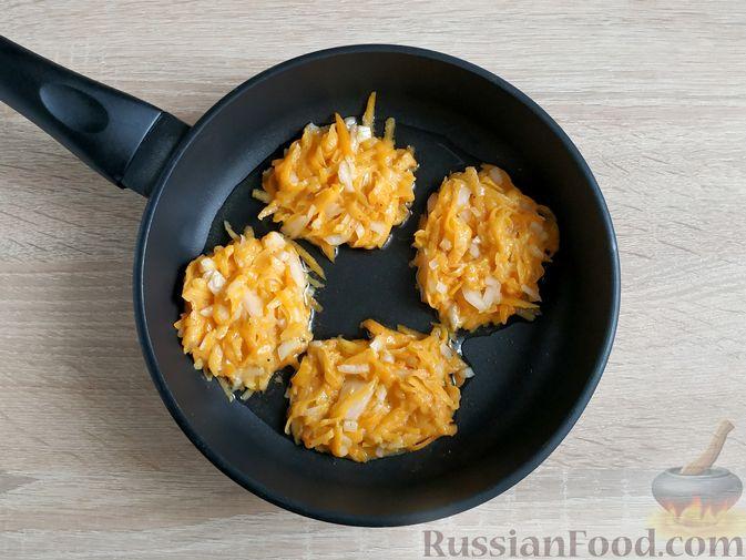 Фото приготовления рецепта: Жареная картошка с курицей и салом - шаг №3