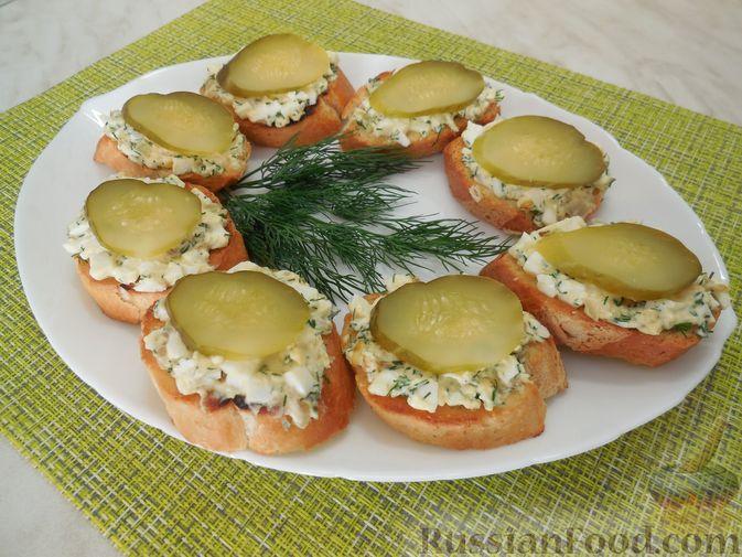 Фото к рецепту: Закусочные бутерброды с  яйцами и солёными огурцами