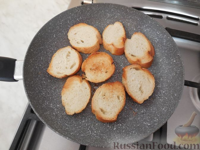 Фото приготовления рецепта: Закусочные бутерброды с  яйцами и солёными огурцами - шаг №7