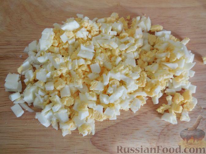 Фото приготовления рецепта: Закусочные бутерброды с  яйцами и солёными огурцами - шаг №10