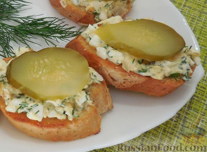 Фото приготовления рецепта: Закусочные бутерброды с  яйцами и солёными огурцами - шаг №13